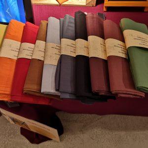 Mulitfunktionstuch, pflanzlich gefärbt in verschiedenen Farben