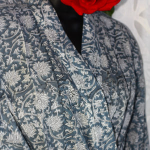 Bademantel weiße Blumen, Handdruck
